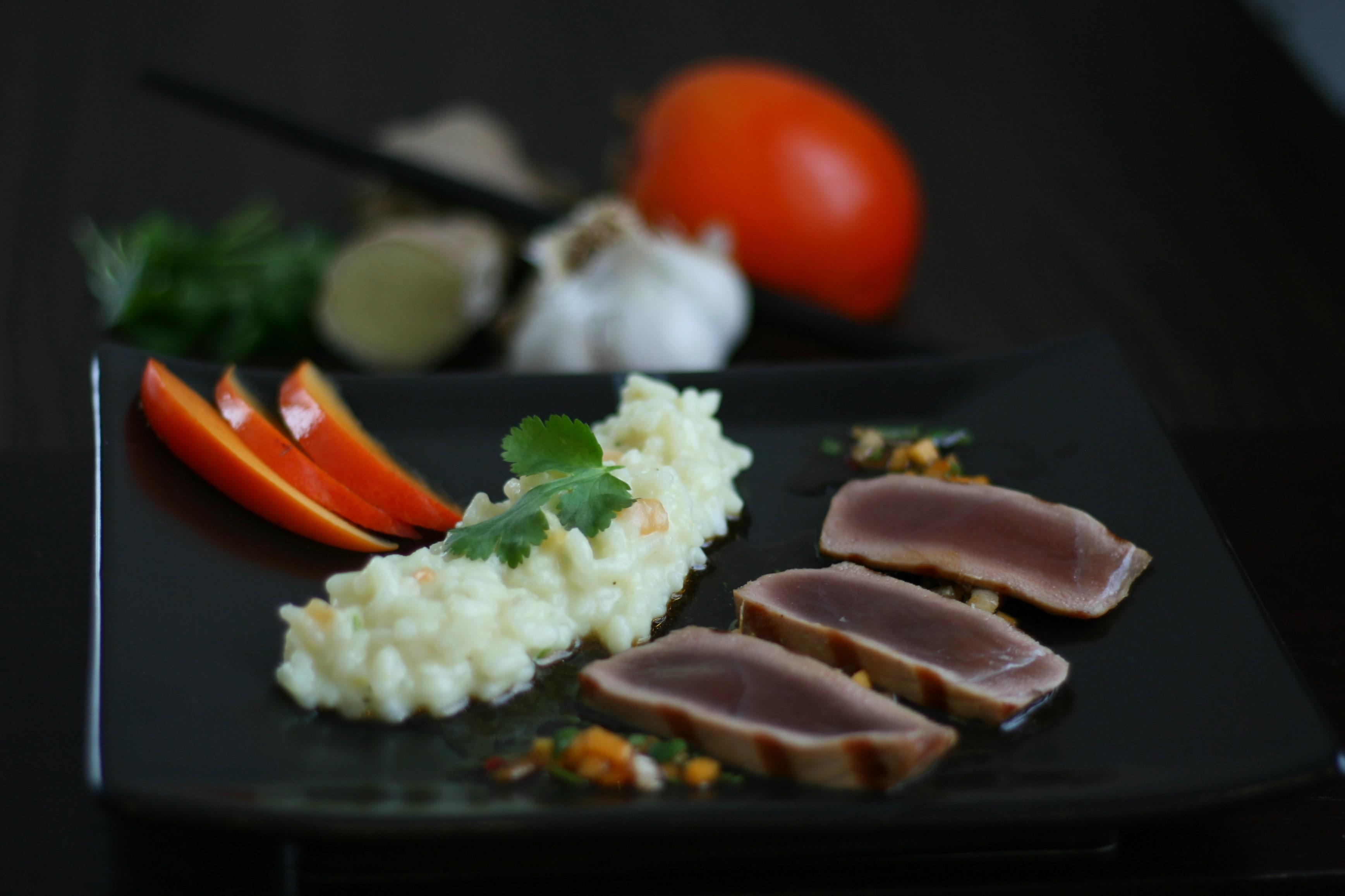 Kokosmilch-Sharonfrucht-Risotto zu Thunfisch mit chilliger Salsa