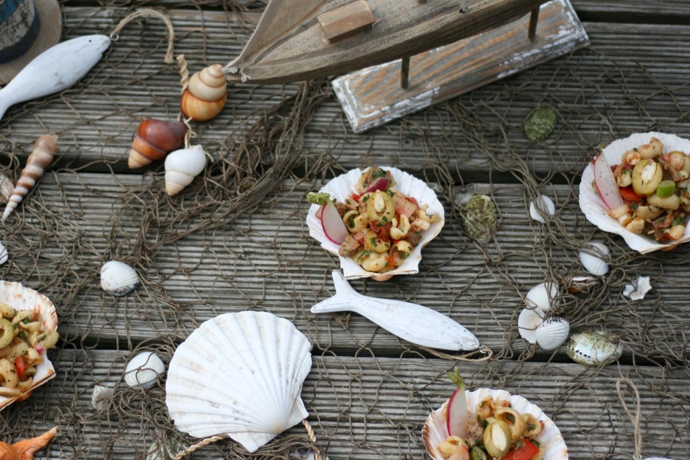 Mediterraner Thunfisch-Nudelsalat mit viel buntem Gemüse und zweierlei Dressing-Ideen